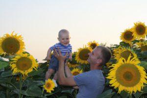 Тато з Максиком у соняшниках:)